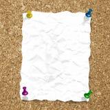 Vector zerknittertes Papierblatt auf Korkenbeschaffenheit mit Stockbilder