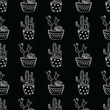 Vector zwart-wit naadloos patroon met cactussen en succulents in potten Stock Foto