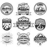Vectordiereeks het kamperen voorwerpen op witte achtergrond worden geïsoleerd Reispictogrammen en emblemen Avonturen openluchteti stock illustratie