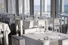 Vectores y sillas en restaurante con estilo Imágenes de archivo libres de regalías