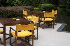Vectores y sillas en un patio Imagenes de archivo
