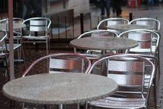 Vectores y sillas mojados del café al aire libre vacío Fotografía de archivo