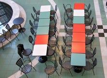 Vectores y sillas para el resto en la alameda de compras Foto de archivo libre de regalías