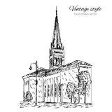 Vectorhand getrokken schets katholieke kerk, het lopen stads Europese die straat met straatlantaarns, bomen op wit worden geïsole stock illustratie