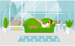 Vectorillustratie van het freelance werk Een meisje werkt aan een computer en ligt thuis op een bank met een kat vector illustratie
