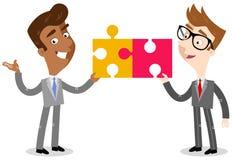 Vectorillustratie van twee Aziatische en Kaukasische beeldverhaal bedrijfsmensen die puzzelstukken houden Stock Afbeelding