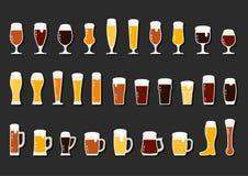 Vectorpictogrammenreeks van bier met schuim in mokken en glazen Stock Foto
