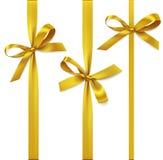 Vectorreeks decoratieve gouden bogen met verticaal die lint op wit worden geïsoleerd Gele boog voor giftdecor Royalty-vrije Stock Afbeeldingen