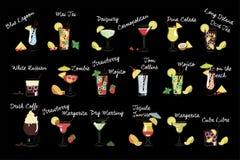 Vectorreeks diverse dranken Alcoholische dranken Smakelijke cocktails met ijsblokjes en vruchten Ontwerp voor strandpartij Stock Afbeeldingen