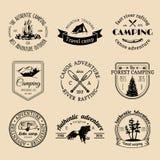Vectorreeks het kamperen emblemen Toerismeemblemen of kentekens Tekensinzameling van openluchtavonturen met Indische elementen Stock Foto