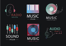 Vectorreeks muziekemblemen, pictogrammen, tekens Hoofdtelefoons, nota's, piano, correcte emblemen Stock Fotografie