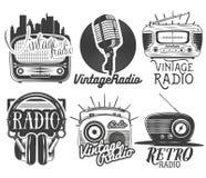 Vectorreeks radio en muzieketiketten in uitstekende die stijl op witte achtergrond wordt geïsoleerd vector illustratie