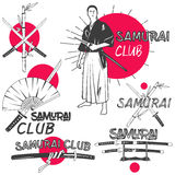 Vectorreeks samoeraienetiketten in uitstekende stijl Het oosterse concept van de vechtsportenclub Gekruiste katanazwaarden Stock Foto