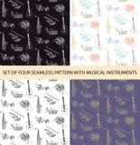 Vectorreeks van 4 naadloze patronen met schets muzikale instrumenten Stock Afbeeldingen