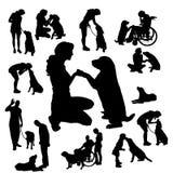 Vectorsilhouet van mensen met hond Stock Afbeeldingen