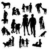 Vectorsilhouet van mensen met hond Stock Afbeelding