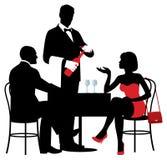 Vectorsilhouetten van mensen die bij de lijst van restaur zitten Royalty-vrije Stock Afbeeldingen