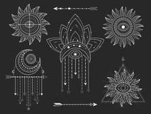 Vectoruitrusting Heilige geometrische en natuurlijke symbolen op zwarte achtergrond De abstracte mysticus ondertekent inzameling royalty-vrije illustratie