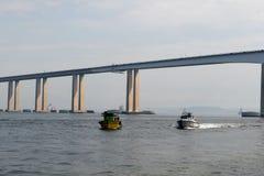 Vedette de marine dans la baie de Guanabara images stock