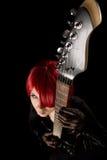 Vedette du rock avec la guitare, vue courbe Image libre de droits