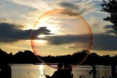 Vedi il mondo attraverso una bolla di sapone Fotografia Stock
