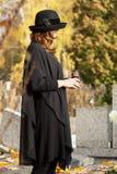 Vedova al cimitero Immagine Stock