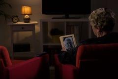 Vedova che pensa al marito morto Fotografie Stock Libere da Diritti