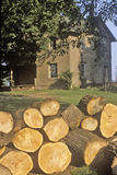Vedträ framme av det lantliga hemmet, South Bend, Indiana Arkivbild