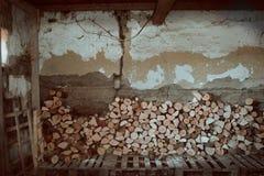 Vedträ och gammalt hus inomhus i Serbien, Subotica arkivbild