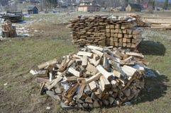 Vedträ som är förberett för vinter. Royaltyfri Bild