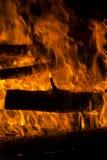 Vedträ som bränns i en brasacloseup Royaltyfri Fotografi