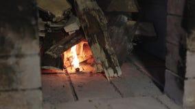 Vedträstart som bränner i en tegelstenugn arkivfilmer