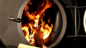 Vedträt bränner i en spis arkivfilmer