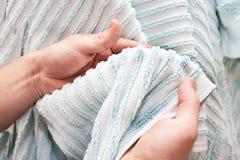 Veeg van handen een badstof blauwe handdoek af Royalty-vrije Stock Foto