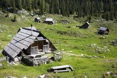 Veehoeder houten hut met zonnepanelen, hoog in de bergen Royalty-vrije Stock Foto