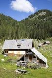Veehoeder houten hut met zonnepanelen, hoog in de bergen Royalty-vrije Stock Afbeeldingen