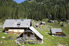 Veehoeder houten hut met zonnepanelen, hoog in de bergen Stock Foto