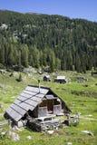 Veehoeder houten hut met zonnepanelen, hoog in de bergen Royalty-vrije Stock Foto's