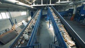 Veel afval gaan op twee transportbanden, hoogste mening stock footage
