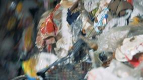 Veel afvalrotaties in een sorteermachine bij een installatie stock videobeelden