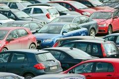 Veel auto's die in de stad parkeren Royalty-vrije Stock Afbeeldingen