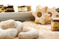 Veel cakes en koekjes op een geïsoleerdeg plaat Stock Foto's