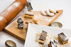 Veel cakes en koekjes in studio op hout Stock Afbeeldingen