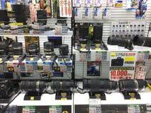 Veel cameralens op vertoning in het winkelcomplex van Yodobashi Akihabara Stock Fotografie