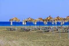 Veel de paraplu's van de zonbescherming op het strand dicht bij Pervolia Stock Afbeelding