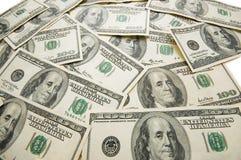 Veel dollarbankbiljetten die op de lijst worden verspreid Royalty-vrije Stock Foto