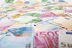 Veel euro bankbiljetten die op de lijst worden verspreid royalty-vrije stock fotografie