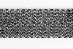 Veel gamma van zilveren kettingen op witte achtergrond stock afbeeldingen