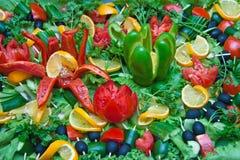 Veel gehakte groenten op een schotel Stock Afbeeldingen