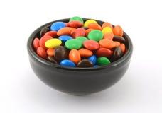Veel Gekleurd Suikergoed van de Chocolade in Zwarte Kom Royalty-vrije Stock Foto's